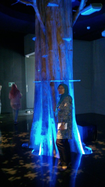 Ada pohon ditengah museum.