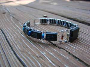 xdiy-electronic-bracelet.jpeg.pagespeed.ic._q7RrzBQnk